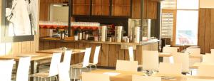 Gastraum des W5-Café und Bistro